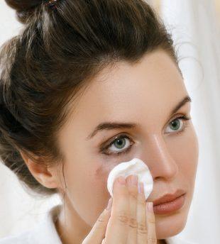 Um Deine Wimpern zu schonen, solltest Du Dein Augen.Make-up jeden Abend entfernen.
