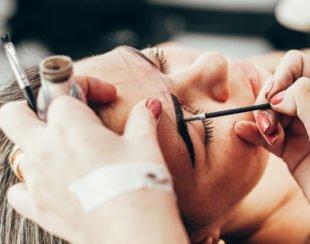 Augenbrauen färben beim Friseur ist teurer als Augenbrauenfarbe selbst aufzutragen.