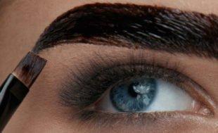 Augenbrauen zu färben bietet viele Vorteile.