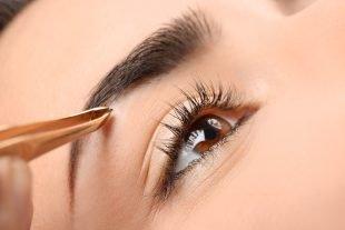 Nachdem Du Deine Augenbrauen nachgezogen hast, kannst Du die überschüssigen Härchen zupfen.