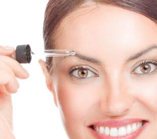 Ein beliebtes Mittel für schneller wachsende Augenbrauen ist Augenbrauenserum.