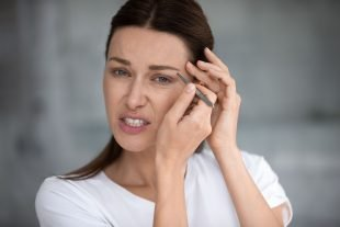 Mit diesen Tipps hast Du beim Augenbrauen zupfen weniger Schmerzen.