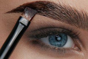 Um Augenbrauengel aufzutragen, brauchst Du einen Pinsel