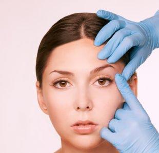 Für eine Augenbrauenlifting-OP sind mindestens 1.200 € fällig.