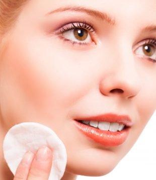 Bevor Du Dir die Wimpern selber färben kannst, musst Du Dein Make-up entfernen.