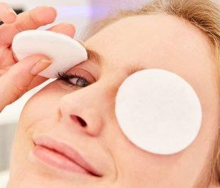 Statt warmer Kompressen kannst Du Dir auch warme Wattepads auf Dein Augenlider legen.