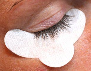Verwende beim Wimpern färben Pads, um die Haut unter Deinen Augen zu schützen.