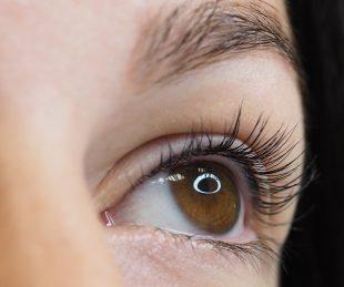 Einige Inhaltsstoffe in Wimpernfarbe können schädlich sein.
