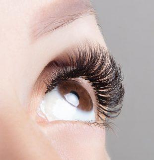 Die Wimpernfarbe musst Du nach der Anwendung gründlich entfernen.