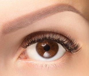 Die Einwirkzeit für Wimpernfarbe beträgt 5 bis 10 Minuten.