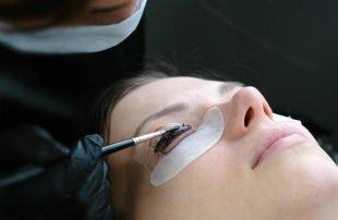Wimpernfarbe beim Profi auftragen zu lassen, bietet viele Vorteile.
