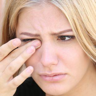Wimpernkleber im Auge