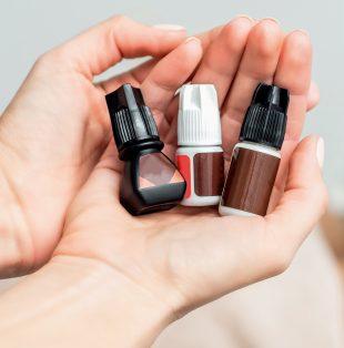 Auch schwarzer Wimpernkleber kann eine allergische Reaktion auslösen.