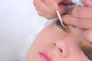 Wenn Du die Beauty-Anwendung richtig durchführst, ist das Wimpernlifting nicht schädlich.