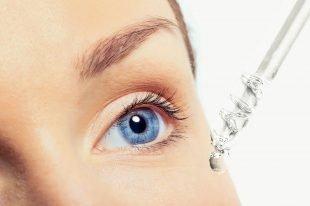 Viele Wimpernseren enthalten den Wirkstoff Prostaglandin, der die Wachstumsphase der Haare verlängert.