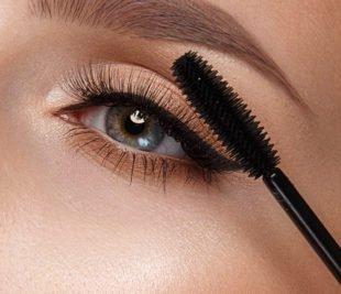 Mit einem integrierten Wimpernbürstchen lässt sich Wimperntusche gut auftragen.