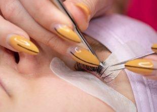 Wimpernverlängerung Behandlung mit Augenpad und Fixierung des oberen Augenlids durch einen Klebestreifen